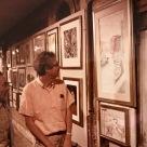 """Collettiva """"Colonette"""" Andrea Pagnacco.Andrea Pagnacco, pittore e incisore, è nato nel 1937 a Venezia. Ha cominciato ad esporre dal 1958. Le sue doti artistiche sono state riconosciute dalla Fondazione Bevilacqua La Masa di Venezia che gli ha assegnato per alcuni anni una borsa di studio nella forma di un atelier nel Palazzo Carminati. Tuttora ha uno studio a Venezia, e svolge la sua attività fra la città lagunare e il suo atelier di Basilea. Negli anni ottanta ha vissuto e operato molti anni a Roma dove ha allestito più di una mostra personale per poi spostarsi e sistemarsi con lo studio a Bonn. Un altro lungo periodo di tempo lo ha trascorso negli anni novanta a Basilea dove ha allestito nella città renana e dintorni 4 mostre personali. Ha partecipato alle Fiere d'arte di Basilea, New York, Bologna e Bari. Ha al suo attivo più di duecento mostre collettive e di gruppo e oltre 70 mostre personali in Italia e all'estero. Pagnacco si è sempre interessato di linoleumgrafia ed è membro dell'Associazione Incisori Veneti, grazie all'amicizia e l'apporto con il grande incisore maestro Luciano Dall'Acqua. A suo tempo ha tenuto dei corsi di linoleumgrafia alla Scuola di grafica Venezia Viva di Venezia. Collabora con il settimanale """"L'Eco"""", edito a Basilea, con articoli sull'arte figurativa. Negli anni passati si è manualmente interessato di cinema con un'insieme di corti sperimentali. Nell'anno accademico 2000/2001 un universitario si è laureato a pieni voti alla facoltà di lettere e filosofia dell'Università Cà Foscari di Venezia con la tesi """"Andrea Pagnacco: un artista veneziano""""."""