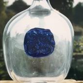 Vaso con gli occhi della dea Madre Terra in vetro blu cobalto con oro zecchino Murano Venezia
